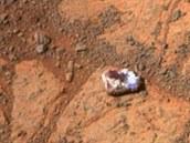 Záběry kamer vozítka Opportunity z 26. prosince (vlevo) a 8. ledna. Jasně je na...