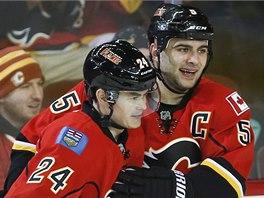 Gólová radost spoluhráčů z Calgary. Vlevo je střelec Jiří Hudler, blahopřeje mu