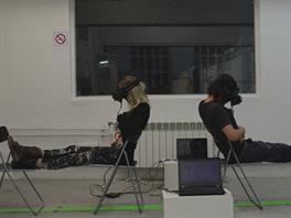 Oba účastníci experimentu mají na hlavě brýle Oculus Rift a dvě kamerky....