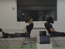 Oba ��astn�ci experimentu maj� na hlav� br�le Oculus Rift a dv� kamerky....