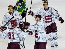 Hokejisté Sparty ve speciálních dresech s vojenským vzorem slaví jeden z gólů v