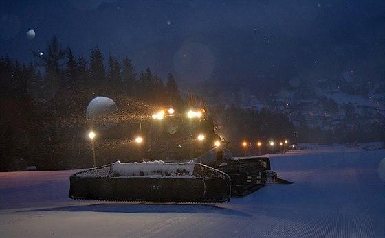 Pravidelná úprava trati před večerním lyžováním.