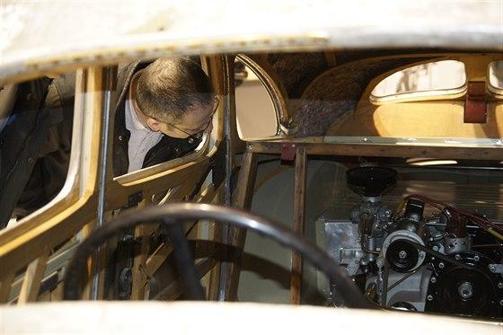 Návštěvníky překvapuje umístění motoru před zadní nápravou. navíc je to...