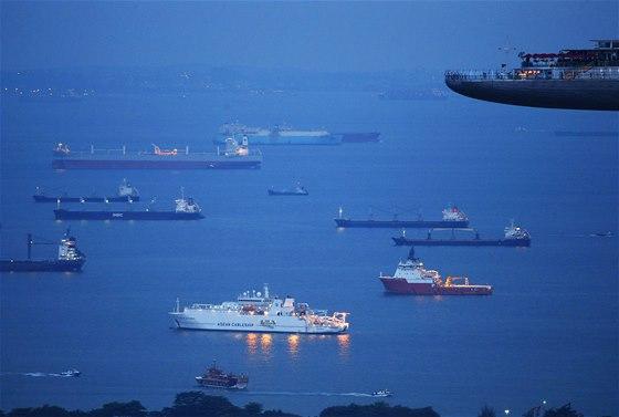BRÁNA ASIE. Lodě čekají, až budou moci zakotvit v Singapuru. Asijský státeček je jedním z nejvytíženějších překladišť na světě, lodě z něj plují do 600 přístavů ve 120 zemích.