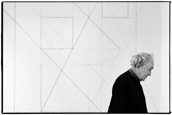 Výtvarník Stanislav Kolíbal před jednou ze svých nástěnných kreseb v Galerii Zdeněk Sklenář (prosinec 2011)