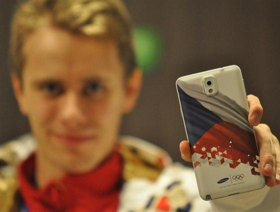Krasobruslař Michal Březina drží v ruce olympijskou edici Samsungu Gallaxy Note...