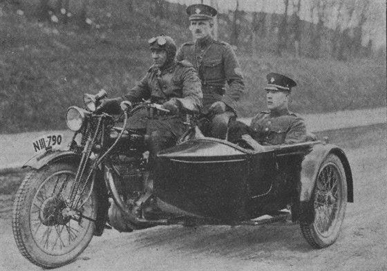 Obr 07 - Hlídka pražské četnické pátrací stanice na motokole.