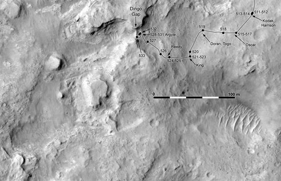 Na z�b�ru ze 4. �nora je zakreslena cesta Curiosity k lev�mu okraji p�se�n�...