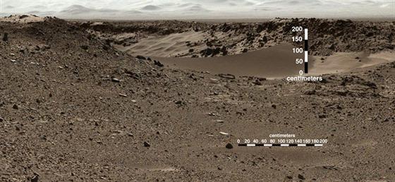 Měřítko zanesené do maziaky záběrů dokládá výšku hrany písečné duny, kterou...