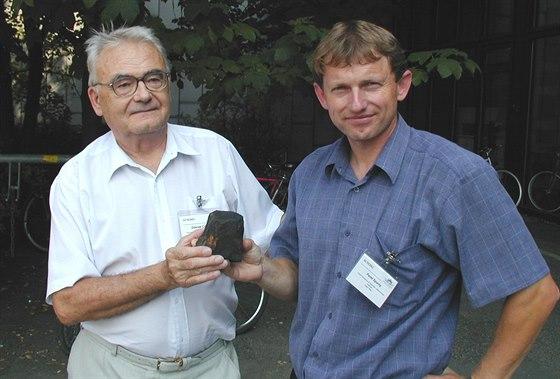 Pavel Spurný (vpravo) se svým mentorem Zdeňkem Ceplechou a s jedním z úlomků...
