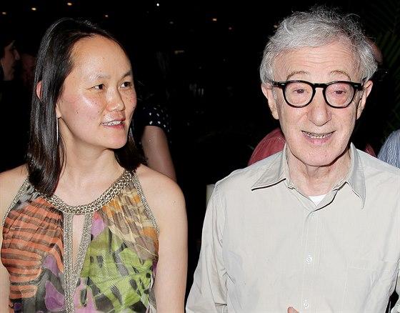 Woody Allen si začal s Soon-Yi Previnovou, když jí bylo 19 a jemu 56. Dodnes...