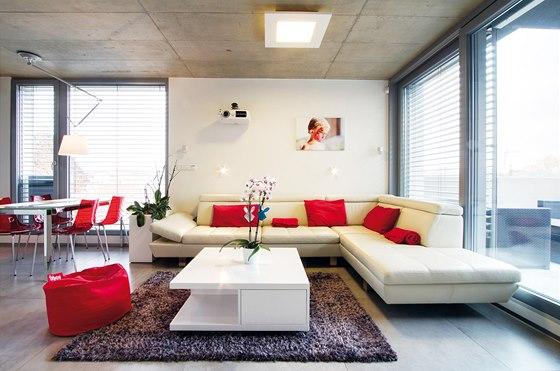 Na druhém podlaží je obývací pokoj propojený s jídelnou a kuchyní.