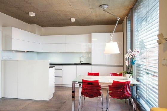 """Kuchyň je v již """"tradiční"""" bílé barvě."""