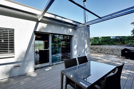 Terasa domu navazuje na jídelnu propojenou s kuchyní a obývacím pokojem.
