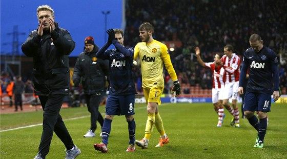 DAL�� PROHRA. Fotbalist� Manchesteru United veden� kou�em Davidem Moyesem