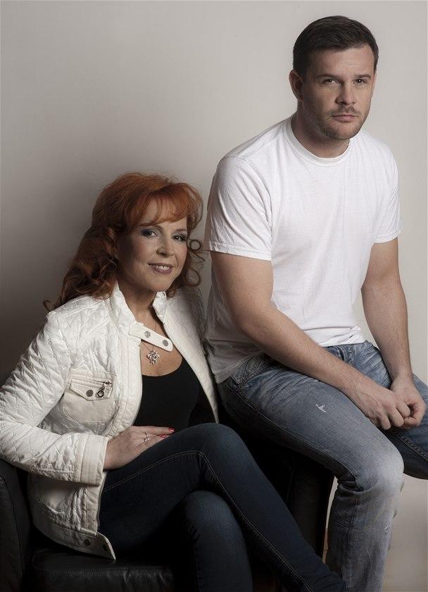 RODINA POD LUPOU: Marcela Holanov� a jej� syn Karel ��p mlad��