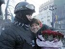 Rud� r�e pro revoluci. P�vabn� Ukrajinka p�i�la na barik�dy vyj�d�it podporu...