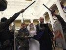 Opoziční aktivisté uspořádali na obsazené radnici v Kyjevě svatbu (5. února...