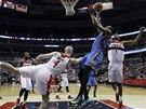V obtížné pozici mezi protivníky z Washingtonu zakončuje Kevin Durant z týmu