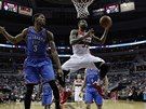 Trevor Booker z Washingtonu zakon�uje, Perry Jones z t�mu Oklahoma City u� jen