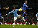 David Silva (vlevo) z Manchesteru City v těžkém souboji s Willianem z Chelsea.