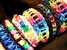 Různé druhy barevných náramků.