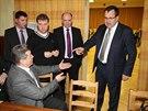 Ministr průmyslu Jan Mládek (vpravo) debatuje s občany Dobrovíze o plánované