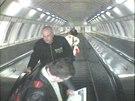 Podezřelý muž při výstupu ze stanice metra Kolbenova (27.1.2014)