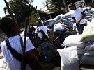 Příslušníci domobrany budují ve městě Apatzingan barikády z pytlů s pískem (8.