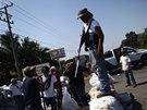 Příslušníci domobrany hlídkují ve městě Apatzingan (8. února 2014)