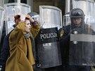 Policisté v Tuzle blokují vchod do vládní budovy, kterou zasypali kameny lidé...
