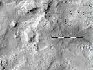 Na záběru ze 4. února je zakreslena cesta Curiosity k levému okraji písečné...
