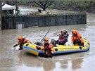 Hasiči evakuují obyvatele římského předměstí Prima Porta, které zaplavila voda.