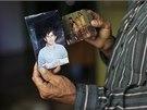 José Ricardo Alvarenga ukazuje novinářům fotografii svého syna, který strávil