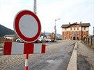 Přímo před nádražní budovu v Ústí nad Orlicí se už řidiči nedostanou. Ze...