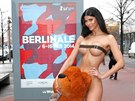 Berlinale propaguje Micaela Schäferová nahá a s plyšovým medvědem.