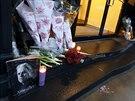 Lidé nosí květiny k domu, kde Philip Seymour Hoffman zemřel