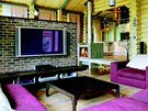 Obývací pokoj s výhledem na krb a do kuchyňské části
