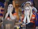 Fanynky Denveru nemohou uvěřiit, že jejich tým odešel ze Super Bowlu poražen.