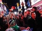 Fanoušci Seattlu Seahawks slaví triumf svého týmu na Times Square v New Yorku.