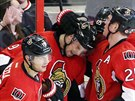 Milan Mich�lek (uprost�ed) z Ottawy se raduje se spoluhr��i z g�lu v z�pase s...