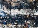 Pohled na barikádu s demonstranty proti kordonu policistů na Hruševského třídě...