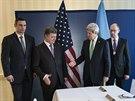 Americký ministr zahraničí se zdraví s ukrajinskou opozicí. Ruku mu podává...