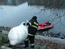 Hasiči položili na hladinu řeky norné stěny, aby zabránili dalšímu šíření ropné...
