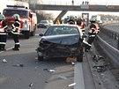 Rychlostní silnici R46 zablokovaly dvě nehody, auta stojí v kolonách