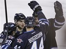 Hokejisté Winnipegu slaví gól, druhý zleva  Michael Frolík.