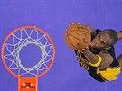 Jodie Meeks z Los Angeles Lakers donáší míč do koše.