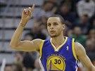 Stephen Curry z Golden State Warriors se raduje z úspěšné střely.