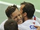 Tomáš Berdych (vlevo) právě zajistil českým tenistům postup do čtvrtfinále...
