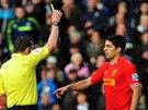 Luis Suarez z Liverpoolu vid� �lutou kartu.